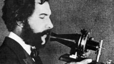 Alexander Graham Bell şi aparatul său care transmite la distanţă vocea umană