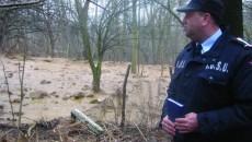Prefectul, pompierii şi poliţiştii au urcat pe deal să vadă unde s-au produs alunecările de teren