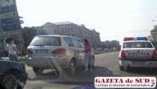 Şoferiţa şi-a lăsat Toyota la semafor şi a început o discuţie cu alt şofer