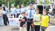 Şeful Secţiei 2 Poliţia Craiova, comisarul-şef Constantin Tudor, şi cei trei câştigători ai concursului