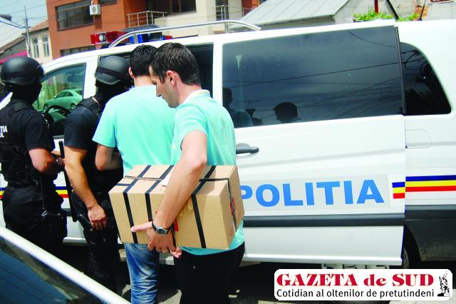 Anchetatorii au ridicat o cutie plină cu acte, documente şi alte probe de la restaurantul Crama Băniei