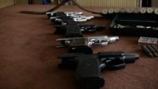 Poliţiştii au ridicat din casele percheziţionate mai multe arme - pistoale, puşti de vânătoare şi arme automate