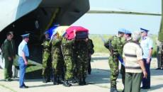 Şase militari au purtat pe umeri sicriul căpitanului Dragnea, acoperit cu steagul tricolor