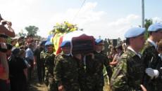 Sicriul învelit în tricolor al ofiţerului decedat în accidentul de elicopter a fost însoţit la groapă de consăteni