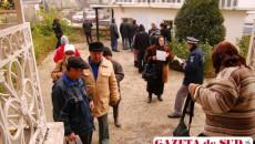 Oamenii aşteptă la rând în curtea fostului Liceu Auto