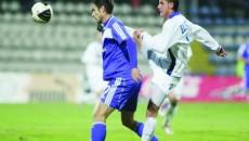 Alex Piţurcă (în albastru, în duel cu Rada) n-a reuşit să înscrie de ziua lui