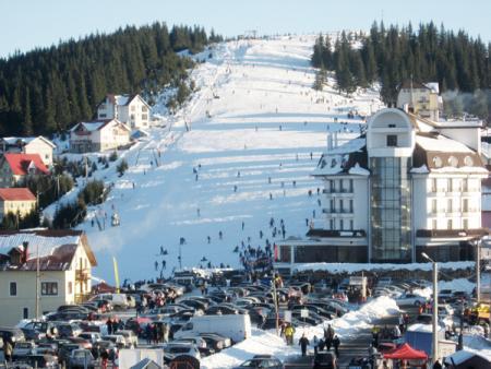 Turiștii profită de zăpada de la Rânca
