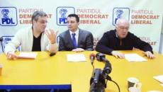 Consilierii locali PDL Dan Cherciu (stânga), Mărinică Dincă (centru) şi Nicolae Marinescu (dreapta) au luat parte la conferinţa de presă de ieri