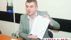 Directorul executiv al Salubrităţii, Flavius Sirop, arătând semnătura primarului Antonie Solomon de pe contractul de delegare a gestiunii, act care s-a dovedit a fi nul