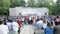 """Teatrul de vară din Parcul """"Romanescu"""" n-a mai fost plin de la spectacolul de muzică populară organizat de primarul Antonie Solomon cu aproape cinci ani în urmă, pe 1 mai 2007"""