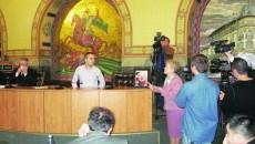 Consiliera PDL Ana Gheorghe a adus tabloul primarului Antonie Solomon şi l-a postat la prezidiul Consiliului Local, în dreptul scaunului gol al edilului, pentru a avea cui să adreseze interpelările