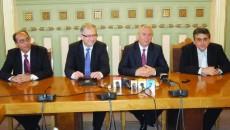 Mircea Dumitru - directorul Aeroportului din Craiova, David Ciceo, preşedintele Asociaţiei Aeroporturilor, Ion Prioteasa, preşedintele CJ Dolj, şi Ovidiu Trăichioiu, director în cadrul Autorităţii Aeronautice Civile