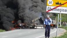 Două tiruri, unul din Dolj, s-au ciocnit, impact în urma căruia şoferul din Craiova a murit carbonizat