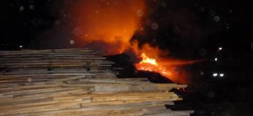 Incendiul a distrus depozitul de cherestea şi a cuprins o casă situată în apropiere