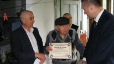 Cel mai vârstnic cetăţean din Horezu, premiat de primar