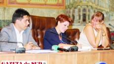 Tripleta din fruntea Primăriei Craiova - primarul Olguţa Vasilescu (centru), împreună cu viceprimarii Cristina Calangiu şi Florentin Tudor - a dominat de la prezidiu şedinţa Consiliului Local Craiova