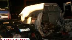 În accident au fost implicate două autotrenuri, un autoturism şi o furgonetă