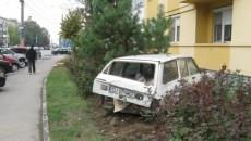 Dacia Break a fost proiectată peste trotuar, într-un bloc de locuinţe