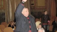 Deşi a stat cu mâna sus aproape un sfert de oră, Marian Trifan nu a fost băgat în seamă de preşedintele de şedinţă, pesedistul Sorin Manda