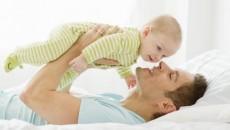 Multe femei se plâng că partenerii lor au prostul obicei de a lua copilul la joacă în momente nepotrivite
