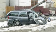 Şoferul a fost rănit grav după ce a lovit cu maşina două capete de pod şi un gard, apoi a retezat un stâlp de beton