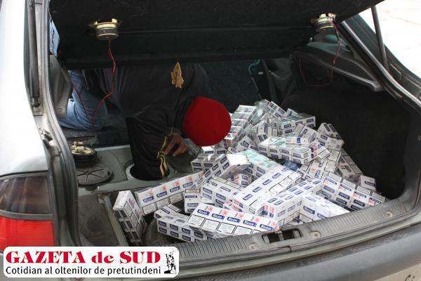 Poliţiştii au descoperit ţigările de contrabandă ascunse în capitonajul banchetei din spate şi în rezervorul maşinii