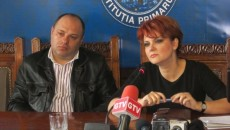 Primarul Craiovei, Lia Olguţa Vasilescu (dreapta) i-a trasat sarcină lui Octavian Mateescu, directorul Poliţiei Locale Craiova (stânga), să scoată la lumină toate contractele de închiriere semnate de şcoli cu diferite firme, fără ştirea primăriei