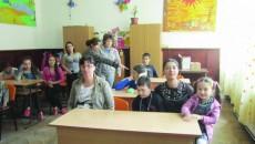 Părinţii îşi petrec ore în şir la cursuri alături de copiii lor