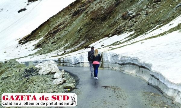 Turiştii care ne-au trimis fotografii de pe Transalpina confirmă că şoseaua e plină de pietriş şi există riscul declanşării unor avalanşe