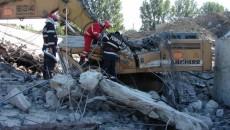 Pompierii au acţionat mai bine de două ore pentru îndepărtarea plăcii de beton care a căzut peste excavator