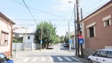 Mai vechi sau mai noi, de lemn, metal sau de beton, zeci, dacă nu chiar sute de stâlpi stau degeaba pe străzile Craiovei, încurcând circulaţia pietonilor şi chiar a maşinilor