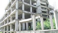 O parte a scheletului de construcţie de la Spitalul de Boli Infecţioase stă să cadă