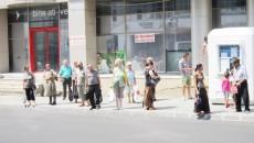Staţiile de autobuz ale RAT nu au bănci pentru aşteptare şi nici copertine care să-i protejeze pe călători de soare
