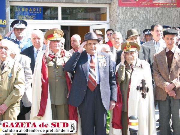 Ultimii generali craioveni, salutând armata română