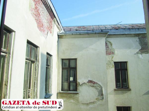 O parte din acoperișul clădirii sediului central al Universității din Craiova s-a deteriorat