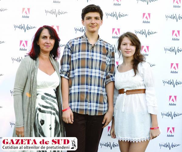 Cei doi elevi, alături de profesoara Mihaela Runceanu