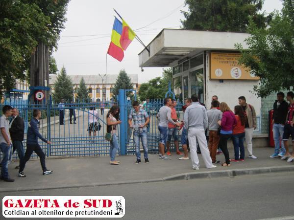 """Candidaţi care susţin examenul de bacalaureat la centrul de examen de la Colegiul Tehnic """"Constantin Brâncuşi"""" din Craiova"""