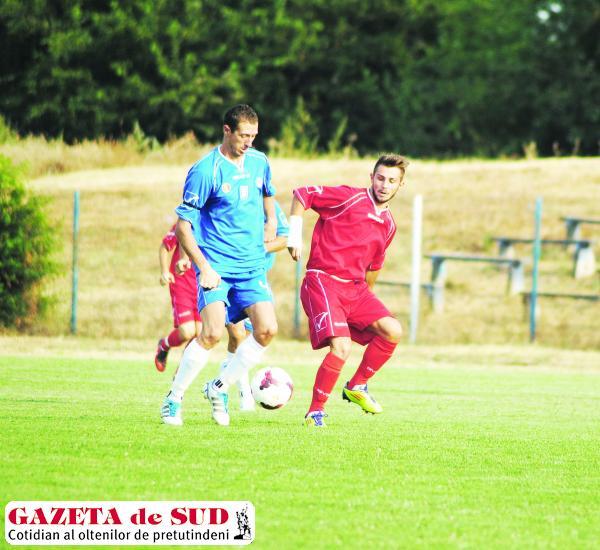 Rioşeanu (la minge) susţine că FC Universitatea Craiova are forţa necesară să revină în Liga I