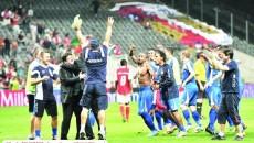 Antrenorul pandurilor, Cristian Pustai, s-a bucurat minute întregi împreună cu staff-ul administrativ şi cu jucătorii după isprava de la Braga, din manşa secundă a play-off-ului Ligii Europa