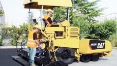 Finisorul pentru asfalt ar trebui să elimine denivelările rezultate în urma reparării străzilor sparte