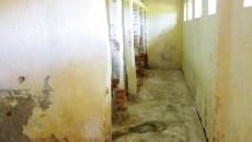 Toaleta băieţilor de la Şcoala Gimnazială Giubega, care, după spusele directoare, este curată şi aproape zilnic igienizată