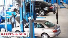 """Service-urile auto autorizate din Dolj acuză firmele de asigurări că direcţionează clienţii către mecanici care lucrează """"la negru"""" pentru a plăti daune mai mici. Suma pe care o au de încasat service-urile de la asigurători se ridică la zece milioane de euro şi, din această cauză jumătate dintre ele au intrat în insolvenţă."""