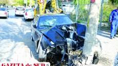 BMW-ul înmatriculat în Italia, condus de craioveanul de 20 de ani, s-a făcut praf după impactul cu stâlpul de beton