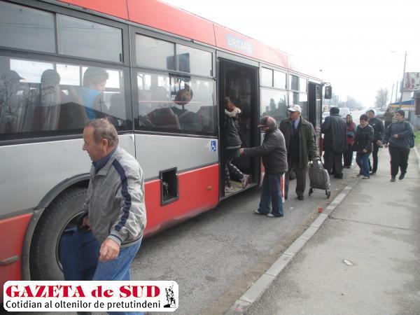 În staţia RAT din cartierul craiovean Izvorul Rece, aşteptarea autobuzelor se prelungeşte minute bune