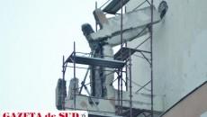 Muncitorul de 19 ani a fost strivit de grinda desprinsă din peretele Hotelului Jiul