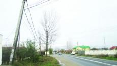 Stâlpul de electricitate ameninţă siguranţa localnicilor şi a celor care trec zilnic pe DN 6 B