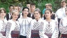 """Iulia Martinescu, alături de membrii Ansamblului """"Liliac"""" de la Ponoare, şi ei exponenţi ai tradiţiilor autentice din satul oltenesc"""