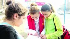 Elevii de clasa a VIII-a au încercat să găsească soluţiile la cerinţele de la matematică şi după finalizarea evaluării