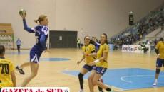 Iulia Snopova (la minge) va lipsi în meciul cu liderul HCM Baia Mare