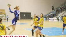 Iulia Snopova (la minge) este golghetera echipei craiovene, iar absenţa sa se va simţi